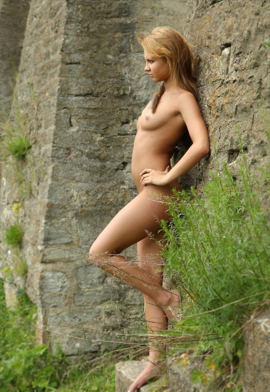 Эро фото блондинка в замке — img 8
