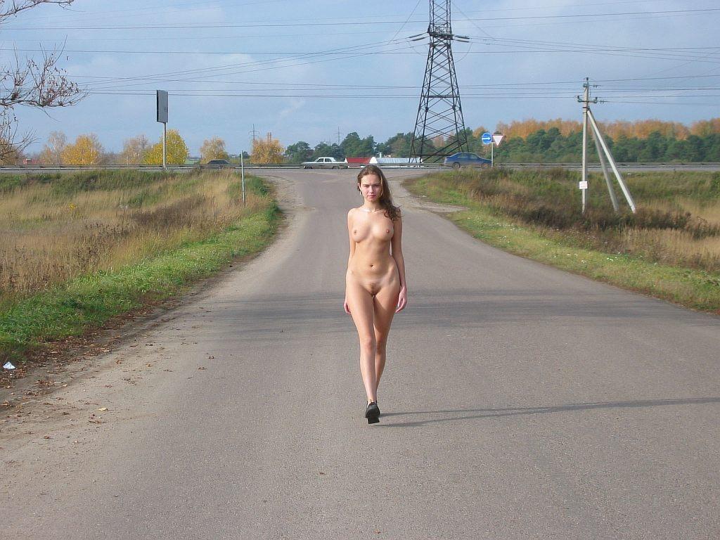 обнаженка на дороге - 8