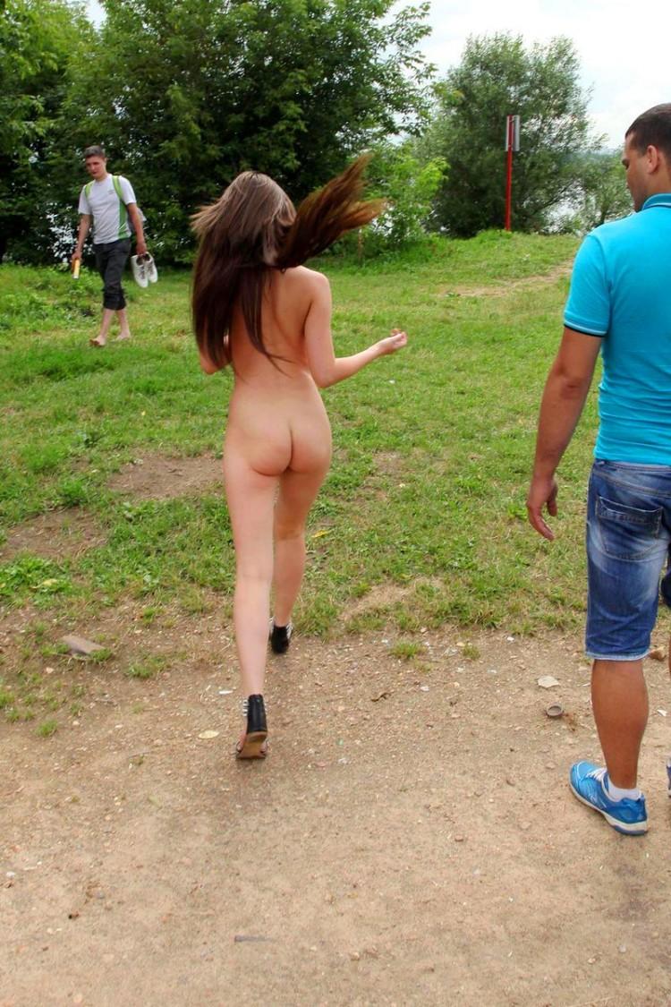 Прогулка голой студентки, кейтлин либ фото голой