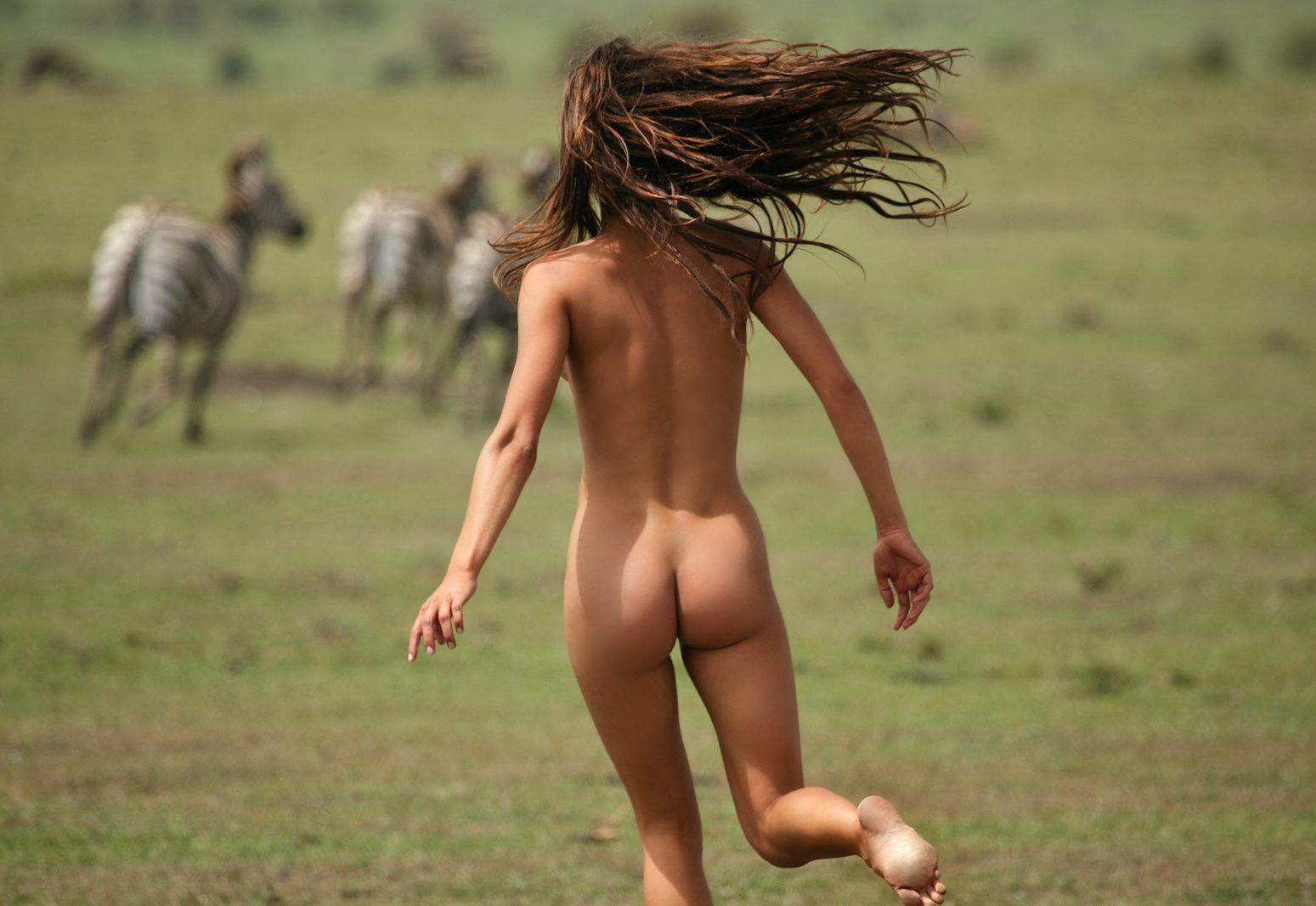 голые женщины бегают фото - 5